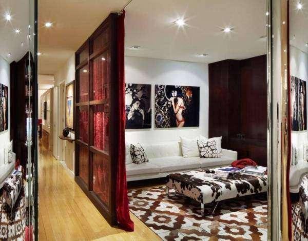 Раздвижные стеклянные перегородки в квартире со шторами