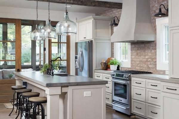 Белая кухня в стиле лофт с островом и барной стойкой