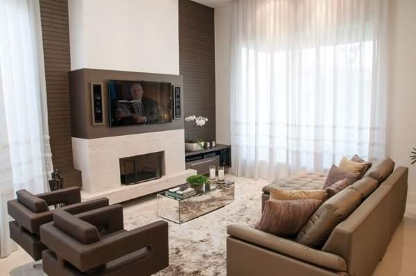 Камин под телевизором - фото бело-коричневой гостиной