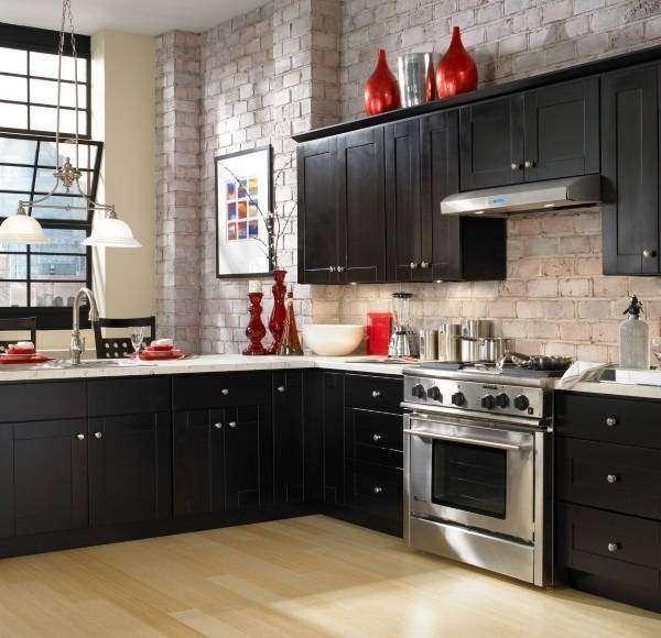 Маленькая кухня в стиле лофт с темной мебелью