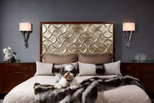 Темные стены в интерьере спальни - фото с серыми обоями