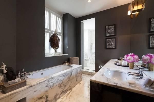 Темные стены и светлый пол в интерьере ванной комнаты