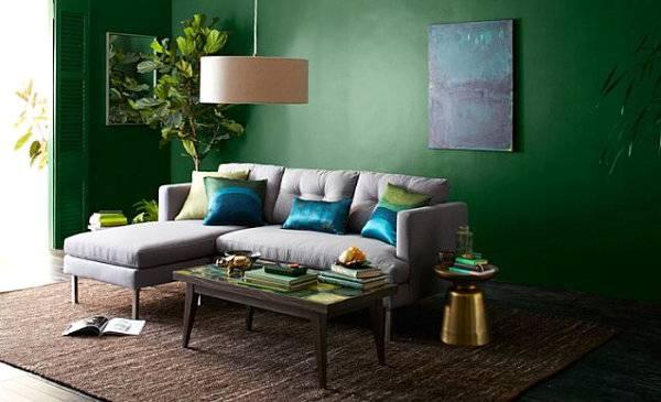 Темно-зеленые обои для стен и светлый диван