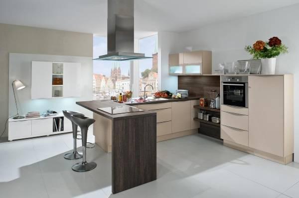 Угловая кухня с окном и барной стойкой в современном стиле