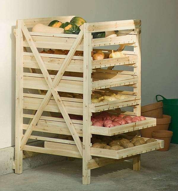 Деревянная этажерка для хранения овощей в кладовке