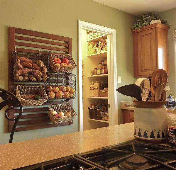 Хранение овощей на кухне в корзинах и ящиках