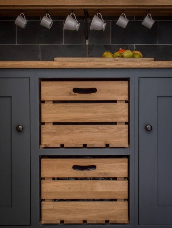 Деревянные ящики для овощей, встроенные в кухонный шкаф