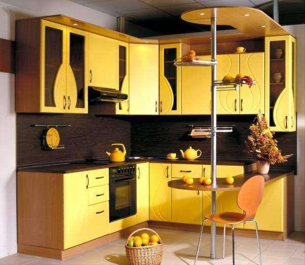 Желтая угловая кухня с барной стойкой