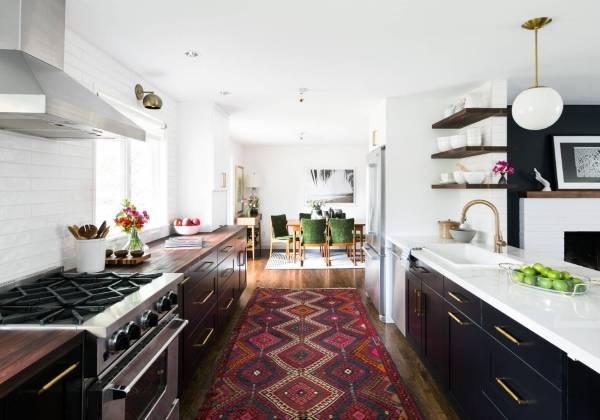Декор кухни - оригинальные идеи - фото с ковром