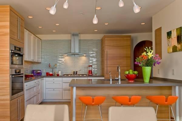 Как украсить кухню яркими акцентами и стульями