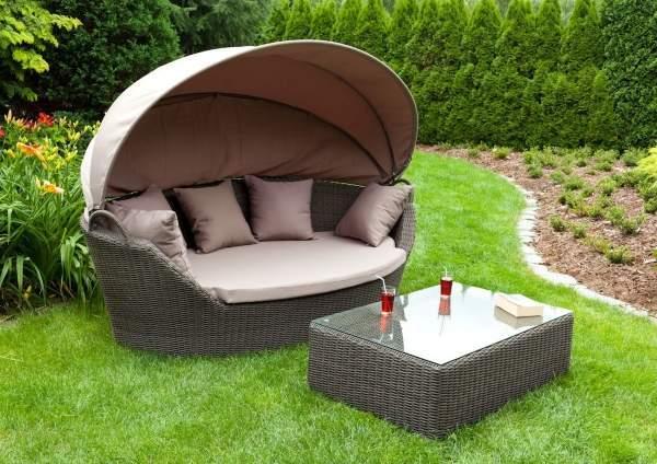 Красивая плетеная мебель для сада