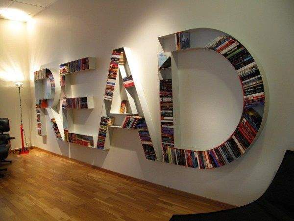Книжная полка на стену - фото необычной модели