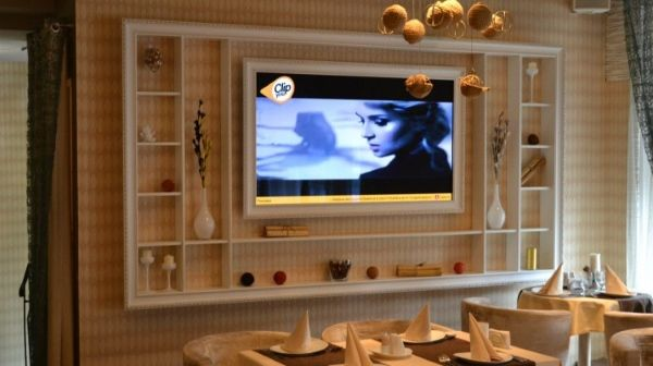Полка под телевизор на стену - фото с декором
