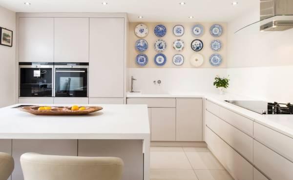 Как украсить стену на кухне над столом - фото лучших идей