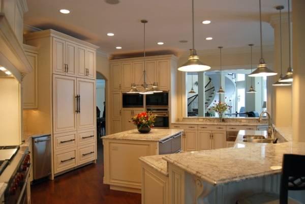 Сочетание встроенных и подвесных светильников на кухонном потолке