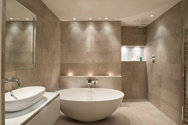 Натяжной потолок с точечными светильниками - фото в ванной комнате