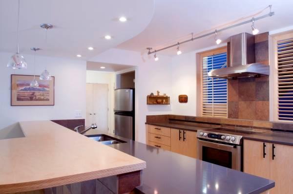Интересное расположение точечных светильников на потолке - фото кухни