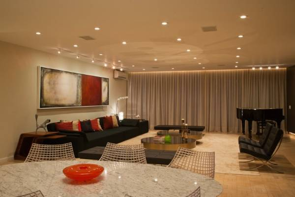 Расположение светильников на потолке - фото в дизайне квартиры студии