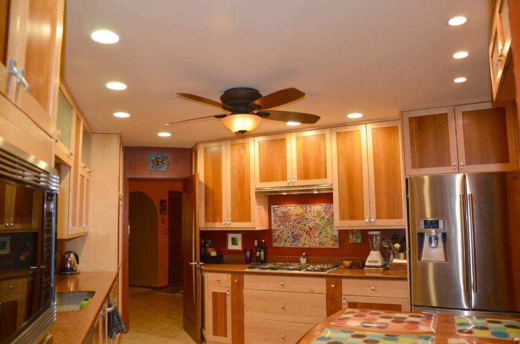 Варианты расположения светильников на натяжном потолке - фото с центральным светильником