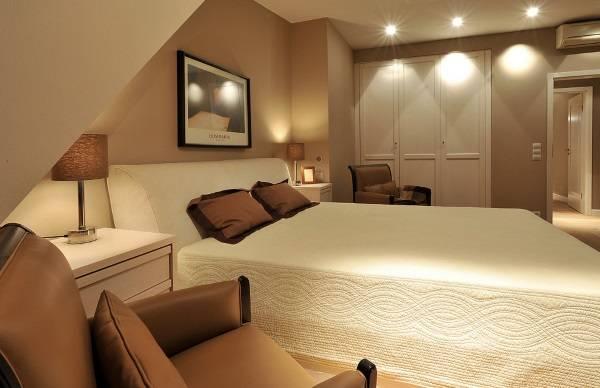 Расположение точечных светильников на натяжном потолке - фото спальни