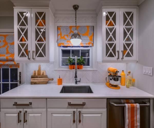 Декор кухни своими руками с яркой утварью, посудой и шторами
