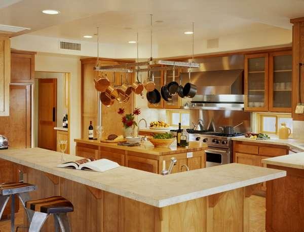 Интерьер кухни столовой в частном доме - дизайн с деревянной отделкой