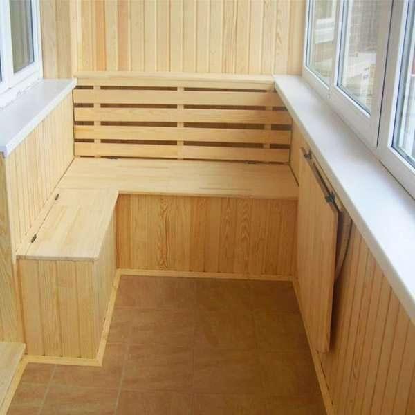Оформление балкона с деревянной обшивкой и мебелью