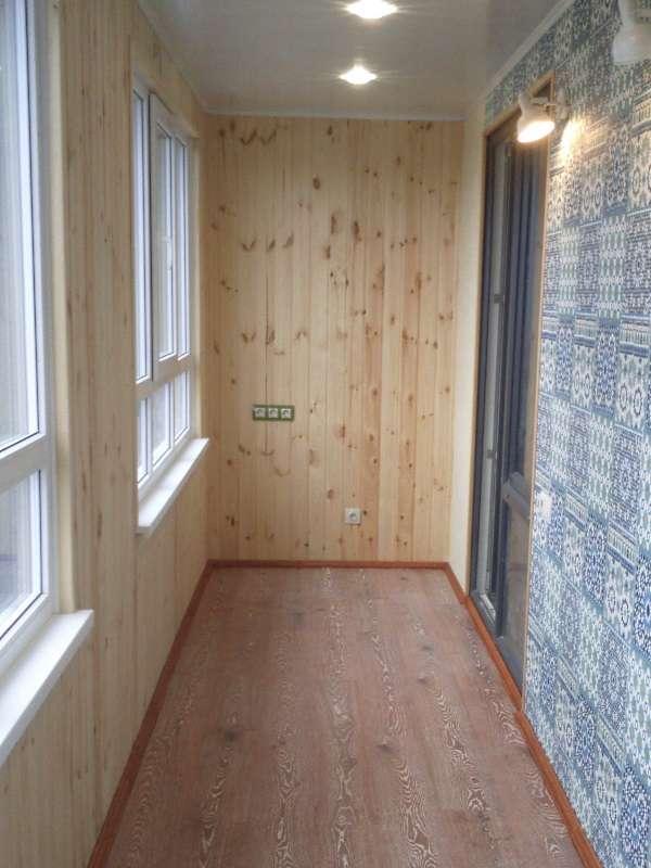 Внутренняя отделка балкона деревом и плиткой
