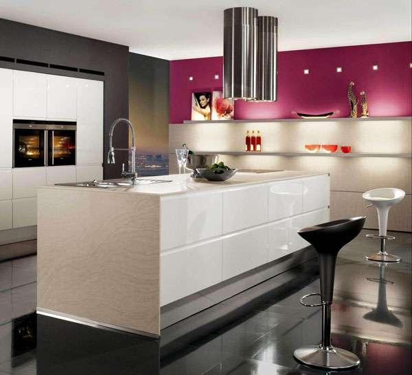 Фото кухни-столовой в частном доме в черном, белом и красном цвете
