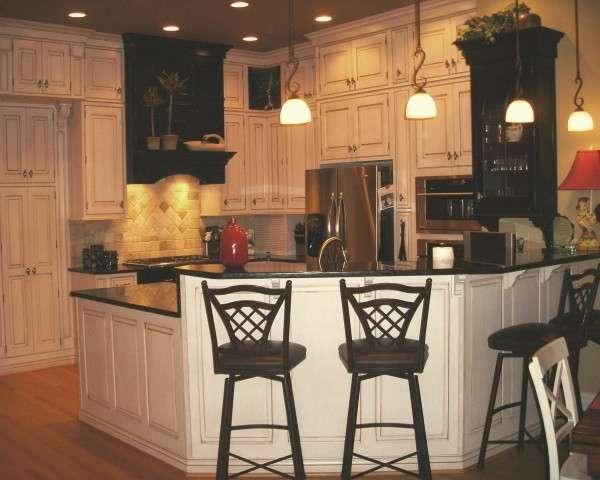 Дизайн интерьера частного дома - фото кухни с барной стойкой