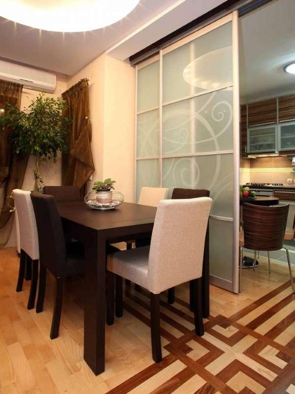 Стеклянные перегородки между кухней и столовой гостиной в частном доме