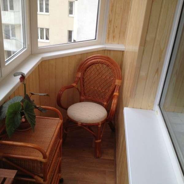Маленький панорамный балкон - фото мебели и отделки