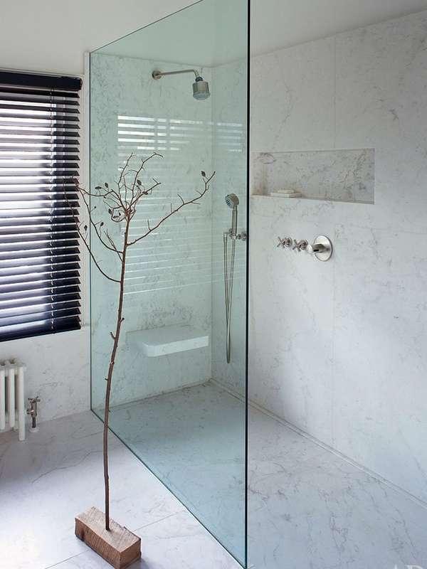 Простое ограждение - стеклянная дверь в душ