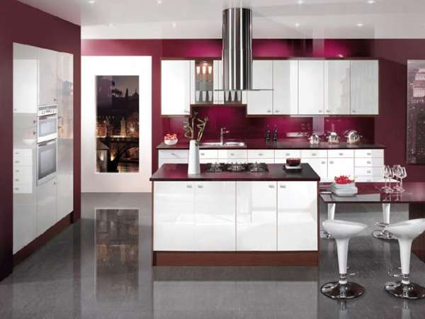 Шикарная кухня частного дома в белом и красном цветах