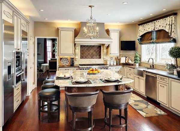 Классический интерьер кухни столовой в загородном доме