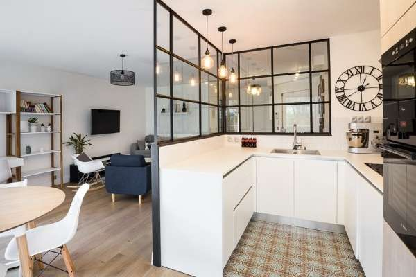 Современный интерьер столовой кухни гостиной в частном доме
