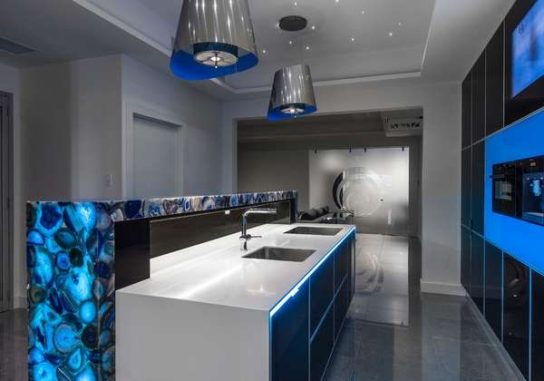 Ультрасовременный интерьер кухни с островом в частном доме