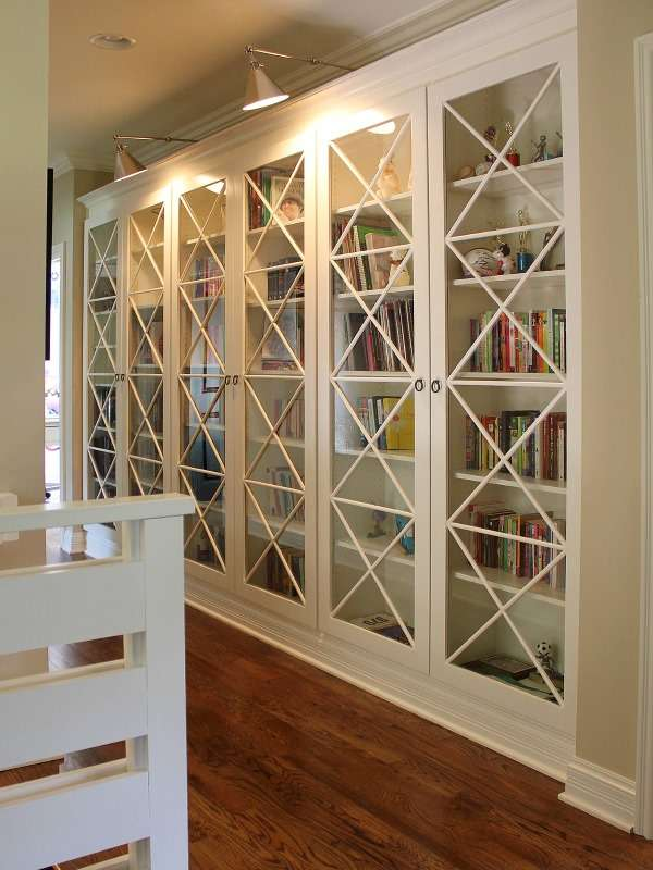 Белый шкаф со стеклянными дверцами - фото