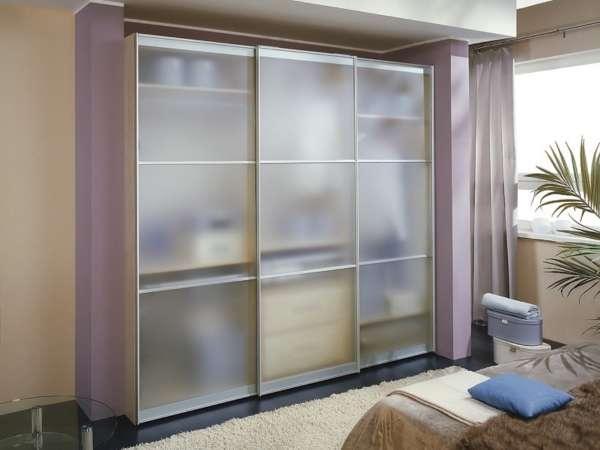Шкаф купе с прозрачными стеклянными дверями