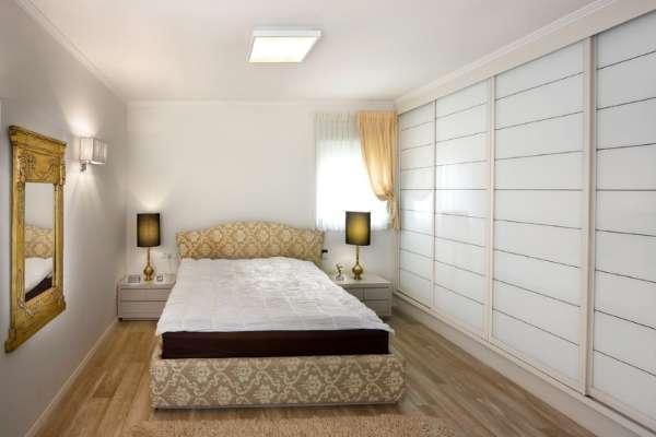 Белый шкаф купе в спальню - фото дизайн идеи классика