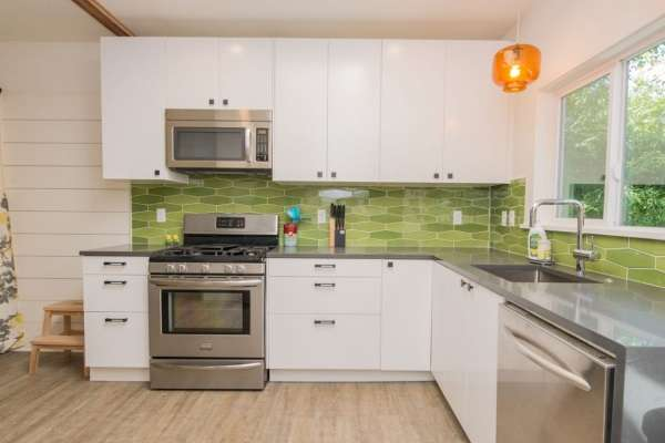 Дизайн угловой кухни в частном доме - фото в белом и зеленом цвете