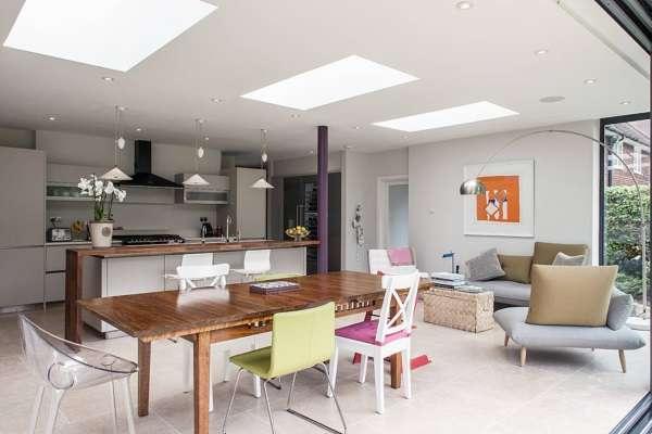 Дизайн кухни в частном доме - фото совмещенной с гостиной