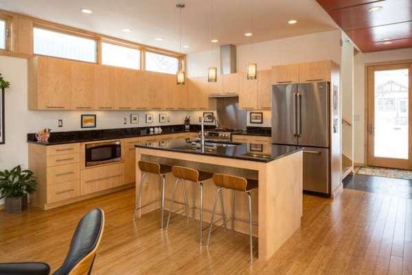 Дизайн большой деревянной кухни с островом в частном доме фото