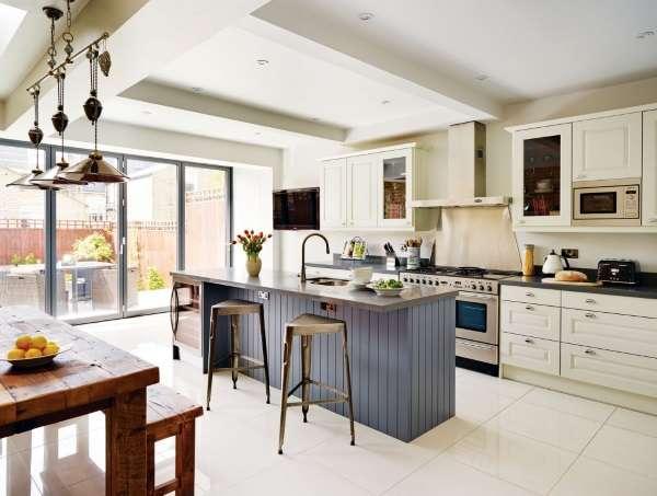 Дизайн большой кухни в частном доме - фото индустриального оформления