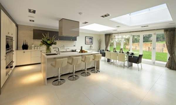 Дизайн кухни столовой в частном доме - фото совмещенной с гостиной