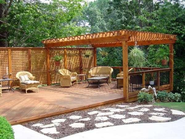 Простой дизайн двора частного дома - фото террасы с беседкой