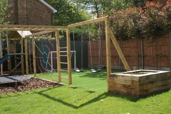 Детские качели в дизайне двора частного дома - фото