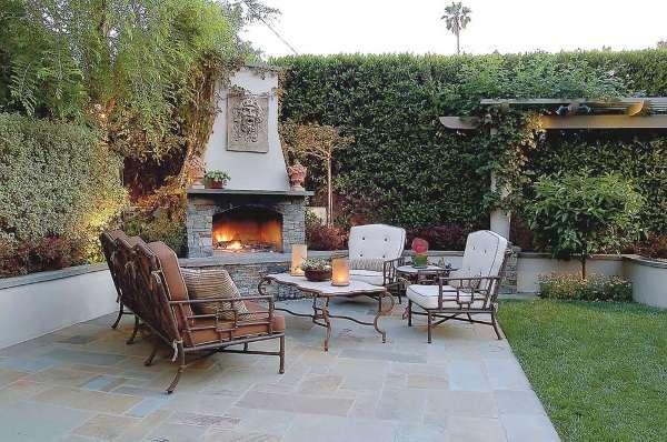 Дизайн маленького двора частного дома - фото зоны отдыха с камином печью