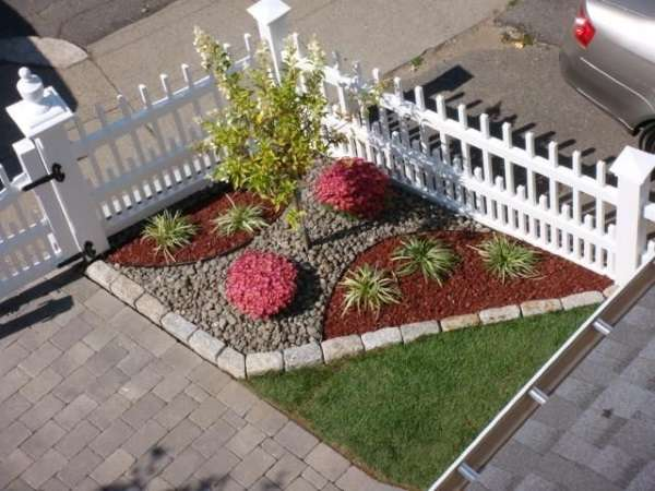 Современный дизайн двора частного дома - фото цветочной клумбы
