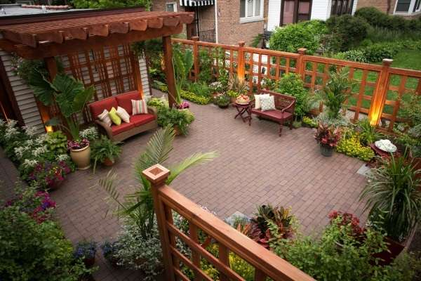 Современный дизайн двора частного дома - терраса с цветами